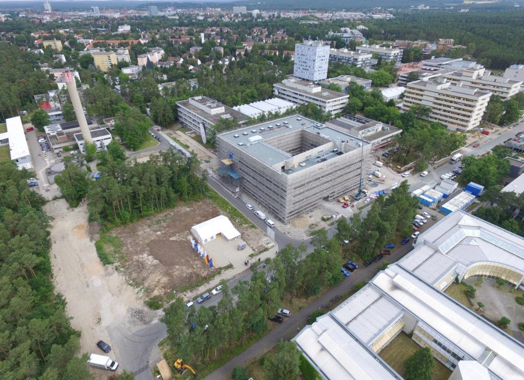 Spatenstich auf dem Baufeld fuer den Forschungsbau des Helmholtz-Instituts Erlangen-Nürnberg für Erneuerbare Energien (HI ERN). Foto: Kurt Fuchs / HI ERN